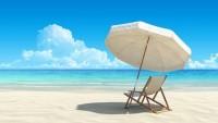 tropisk strand med stol og parasoll